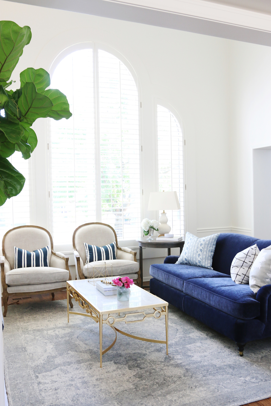 25 stunning living rooms with blue velvet sofas for Rooms to go living room