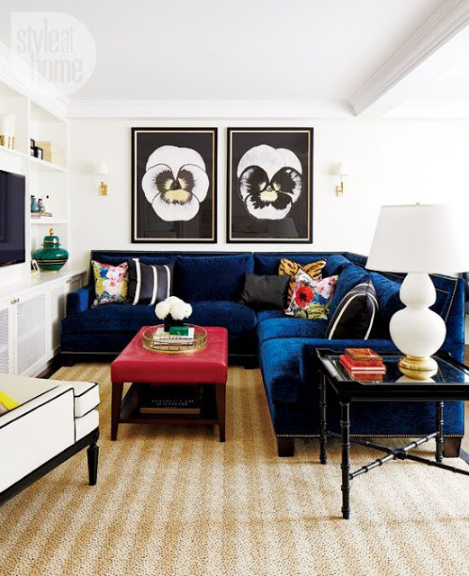 25 stunning living rooms with blue velvet sofas for Blue couch living room