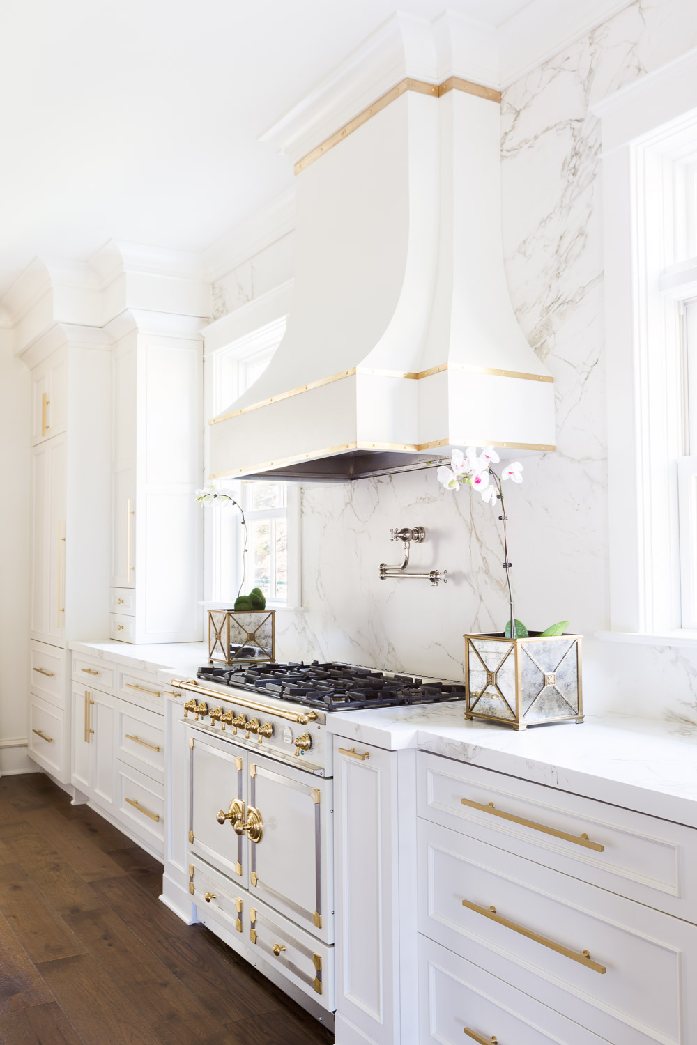 laura burleson designs the perfect white gold kitchen rh curatedinterior com white and gold kitchen accessories white and gold kitchen table