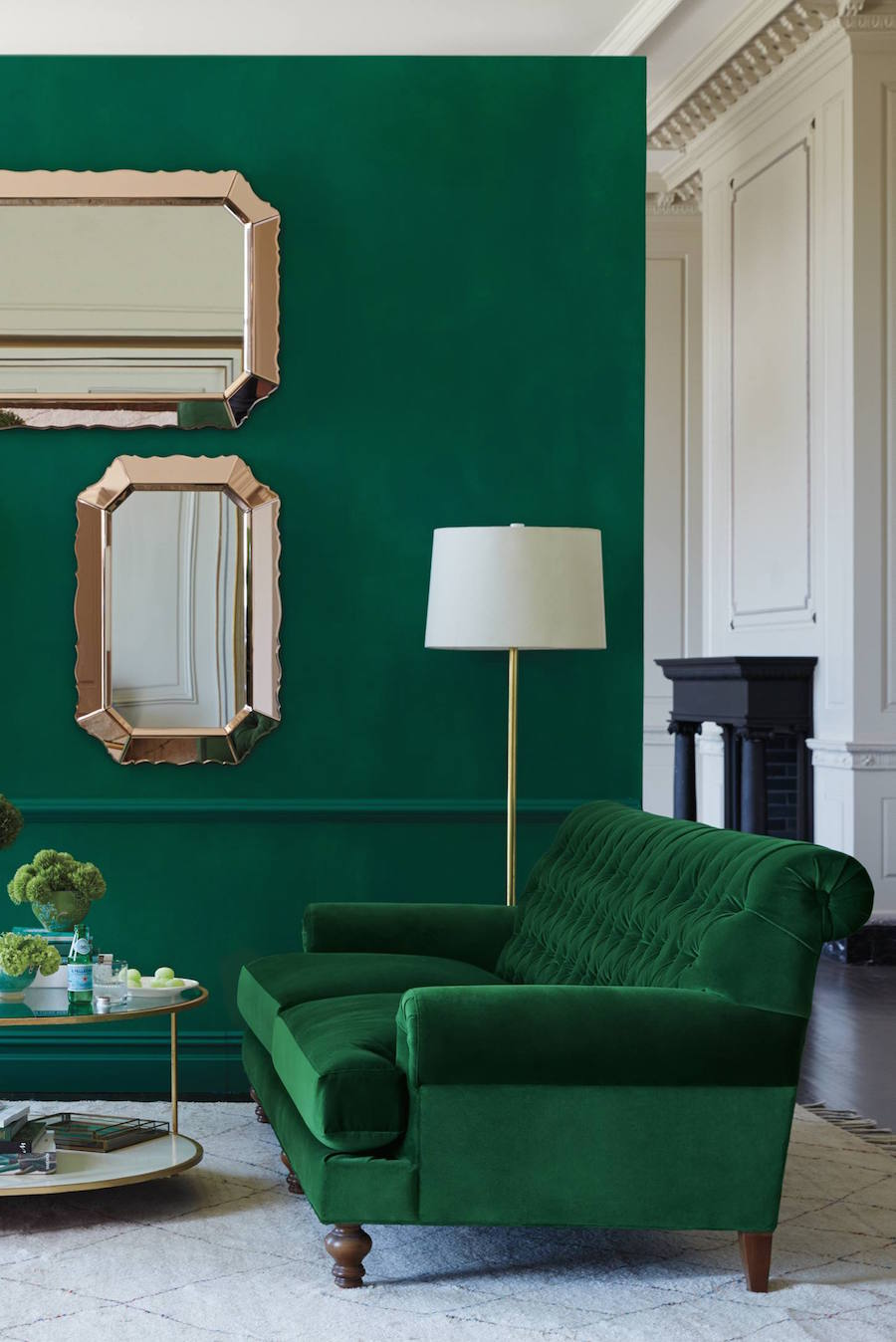 30 lush green velvet sofas in cozy living rooms for Comedor waterdog royal house