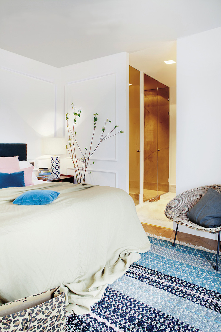 Bedroom with blue patterned rug, design by Beatriz Silveira