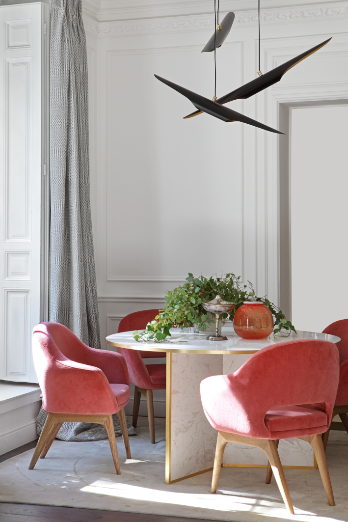 Dining room with pink velvet chairs and marble table, design by Beatriz Silveira