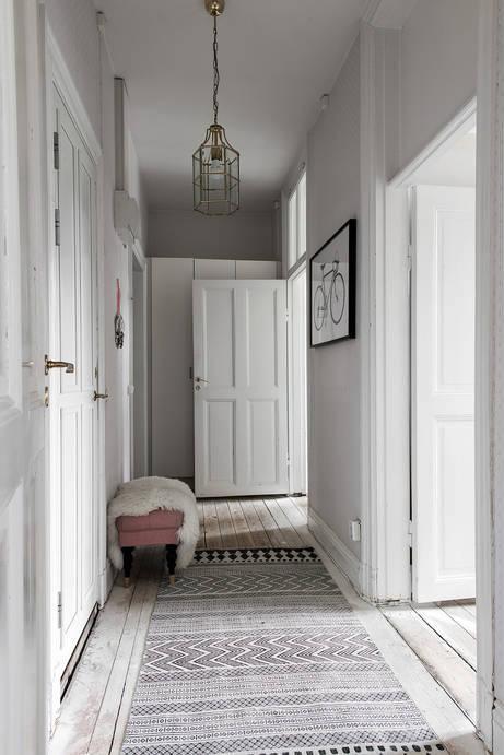 Grey carpet in hallway in Swedish apartment