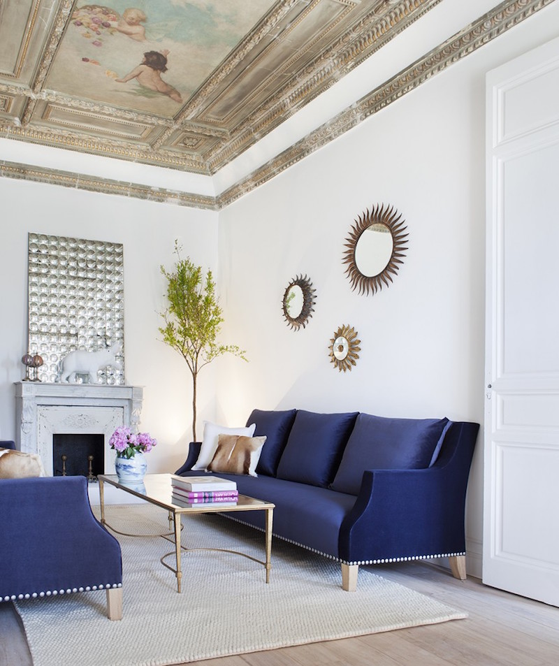 Rich blue sofa living room with painting ceiling, design by Beatriz Silveira