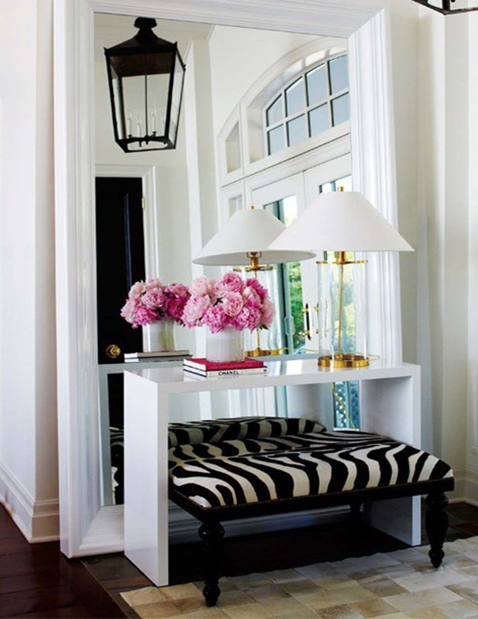 Zebra bench entryway with giant mirror