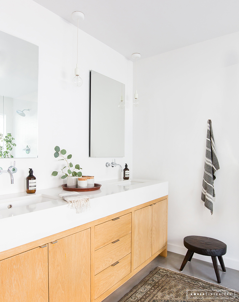 Minimalist Mid-Century bathroom with oriental rug