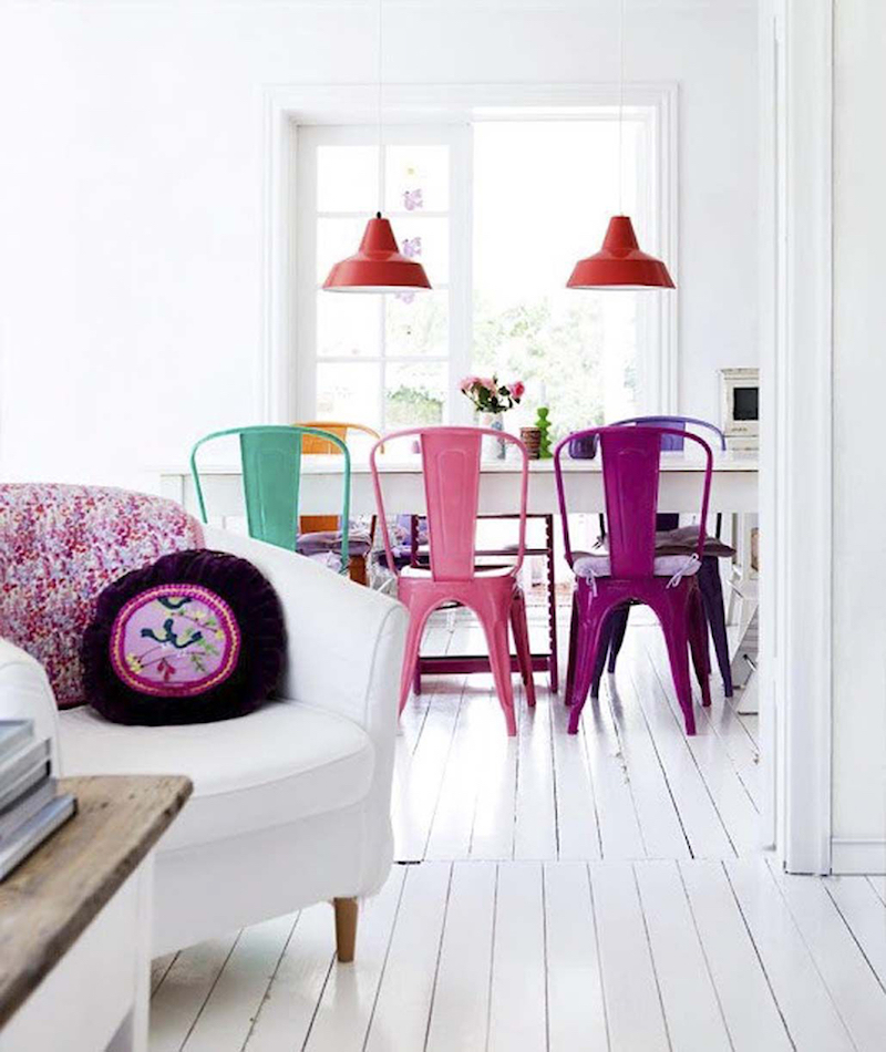 Multi-color tolix dining chairs via Bolig
