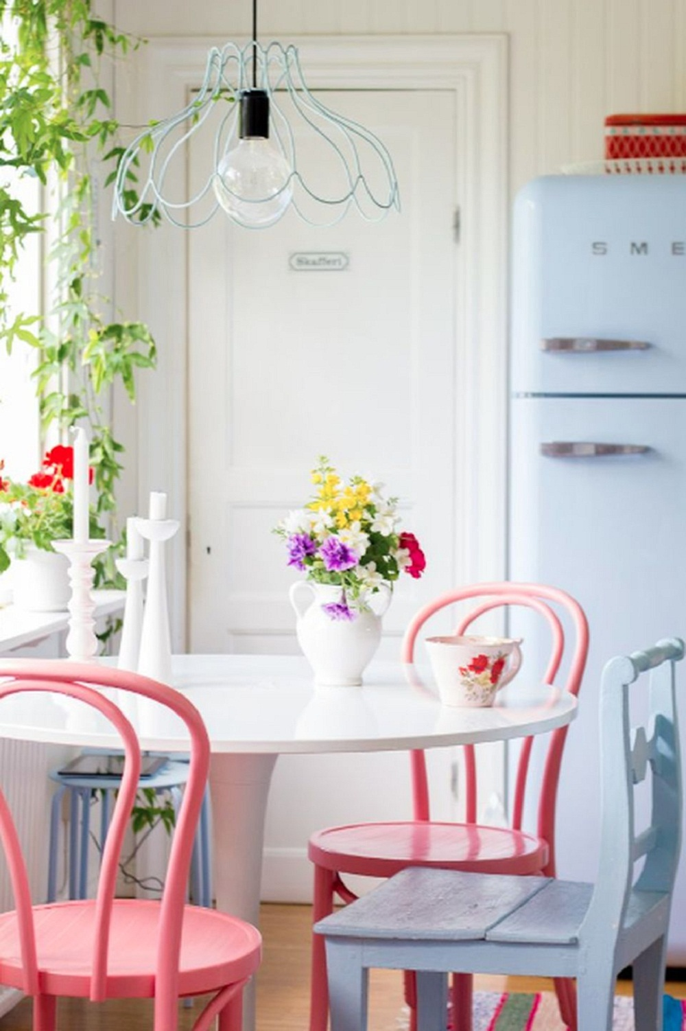 Pink and lavender bentwood chairs via Harlig Hemma