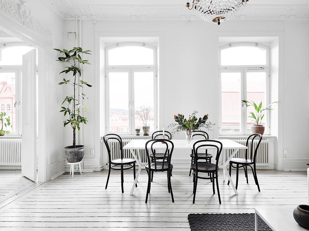 Scandinavian black bentwood chairs via entrancemakleri.se
