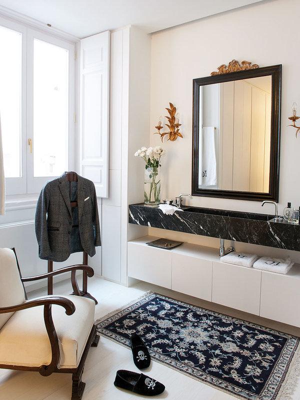 cuarto-de-bano-con-pieza-de-marmol-negro