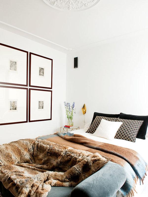 el-dormitorio-con-grandes-cuadrantes-de-tela