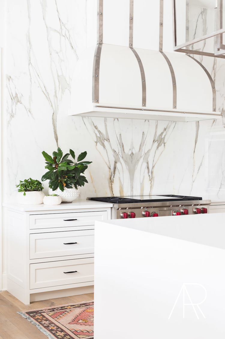 White marble kitchen backsplash with hood via Alyssa Rosenheck