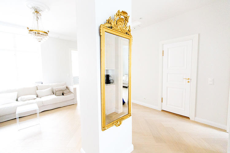 Alexa Dagmar column with vintage mirror