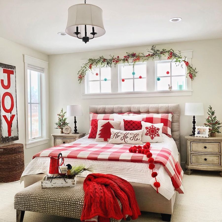 Red White and Green Classic Christmas Bedroom Decor via @plaids.and.poppies