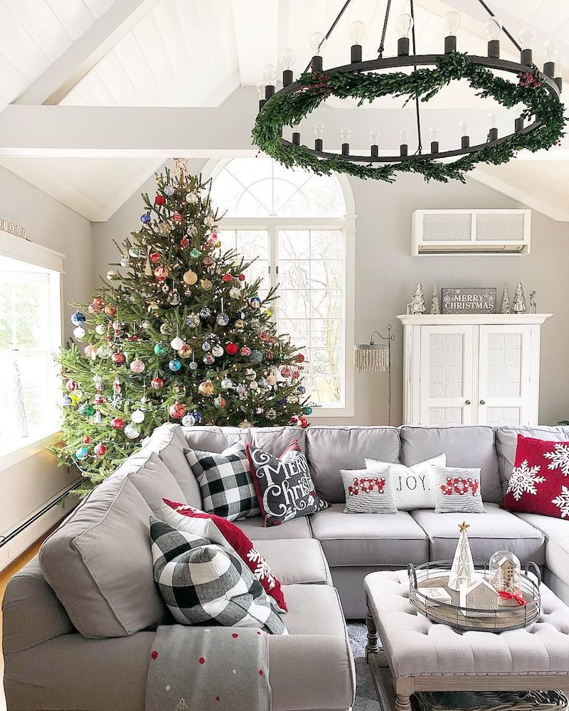 Cheery Christmas Living Room via @the_seasoned_home