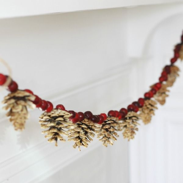 DIY Bleached Pinecone and Cranberry Garland via cleanandscentsible #Christmas #ChristmasDecor #ChristmasDIY #DIYDecor