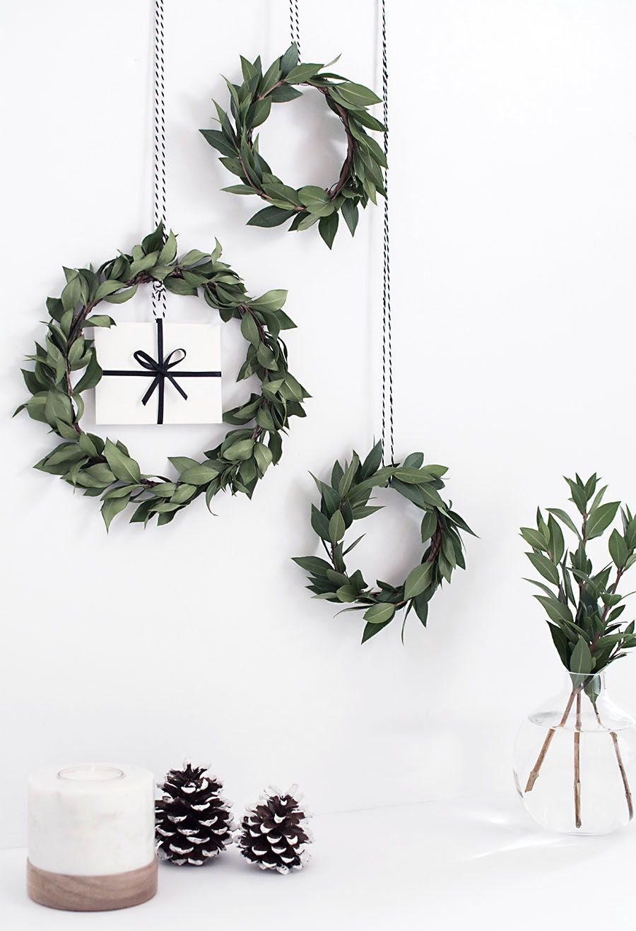 DIY Gift Card Wreath via homeyohmy #Christmas #ChristmasDecor #ChristmasDIY #DIYDecor