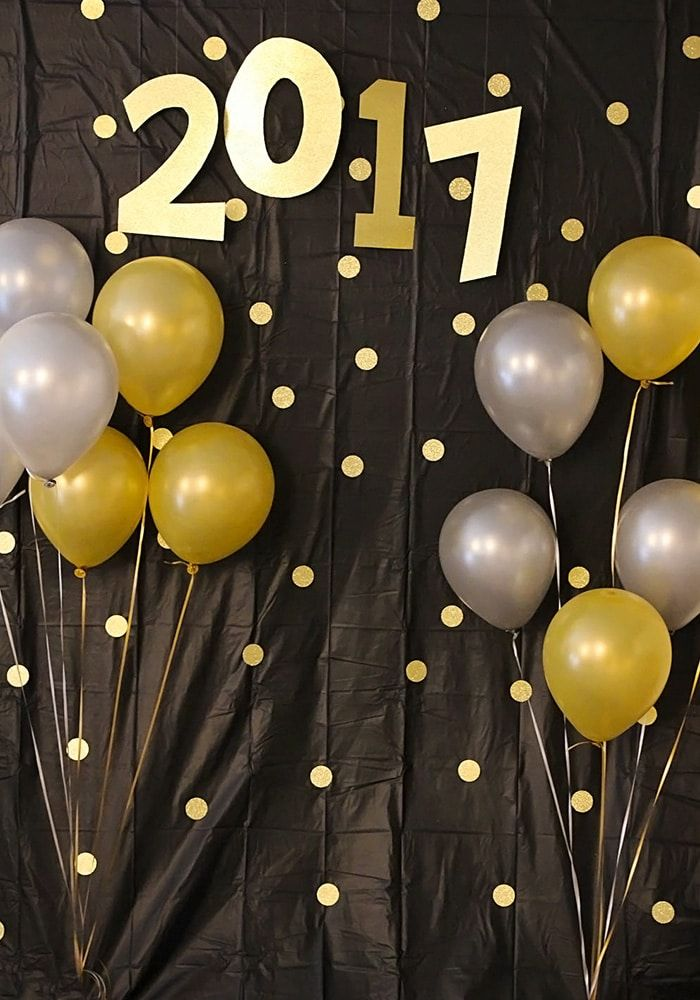 DIY New Year's Eve Photo Backdrop via somewhatsimple