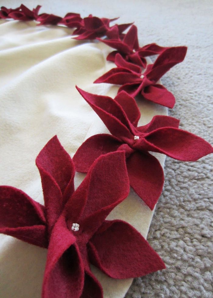 DIY Poinsettia Christmas Tree Skirt via lifelikehoney #Christmas #ChristmasDecor #ChristmasDIY #DIYDecor