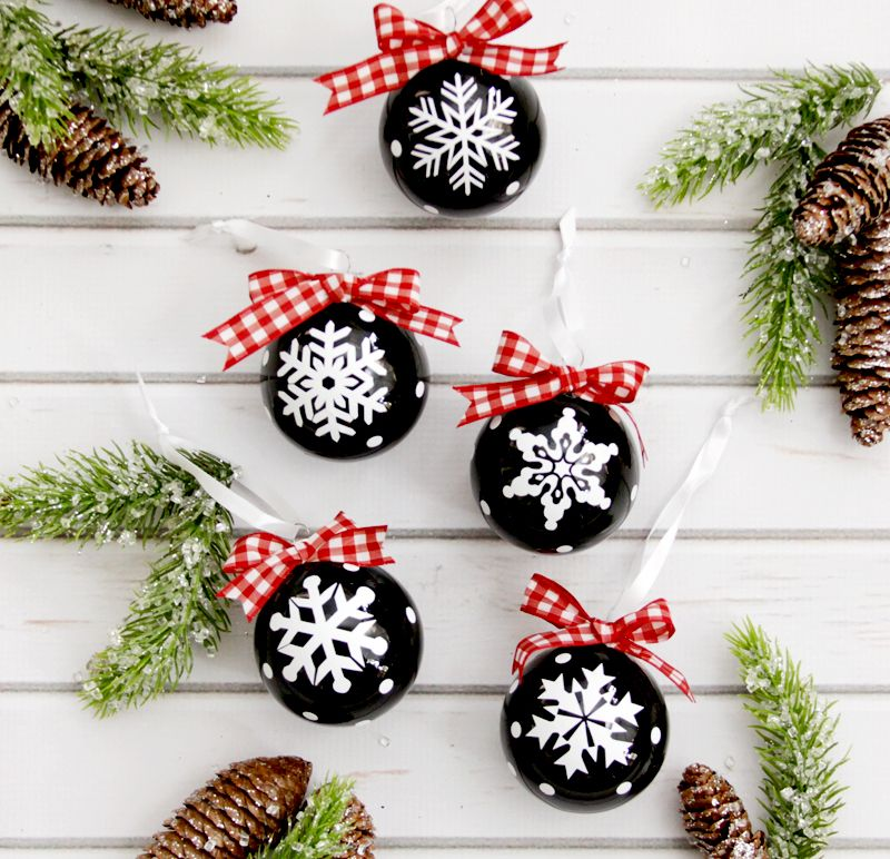 DIY Snowflake Ornaments via flamingotoes #Christmas #ChristmasDecor #ChristmasDIY #DIYDecor