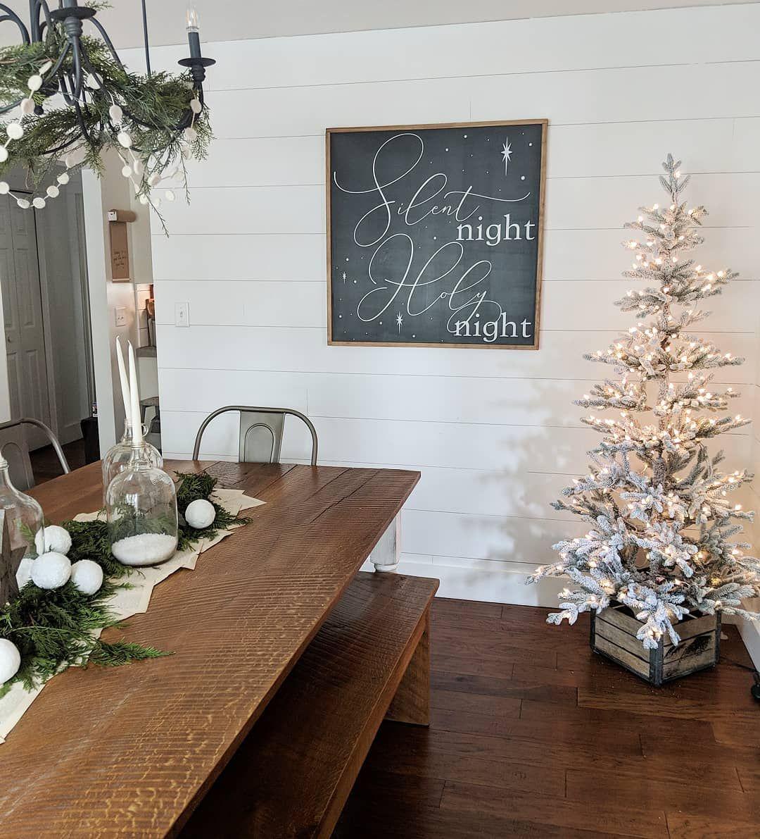 Farmhouse Christmas Dining Room via @whiteblossomhome #ChristmasDecor #ChristmasDiningRoom