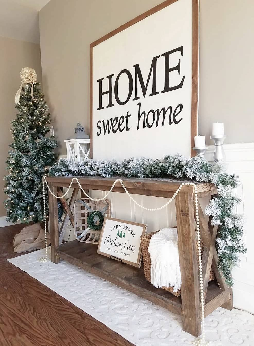 Farmhouse Christmas Entryway via @ourwintonhome #ChristmasDecor #ChristmasHome