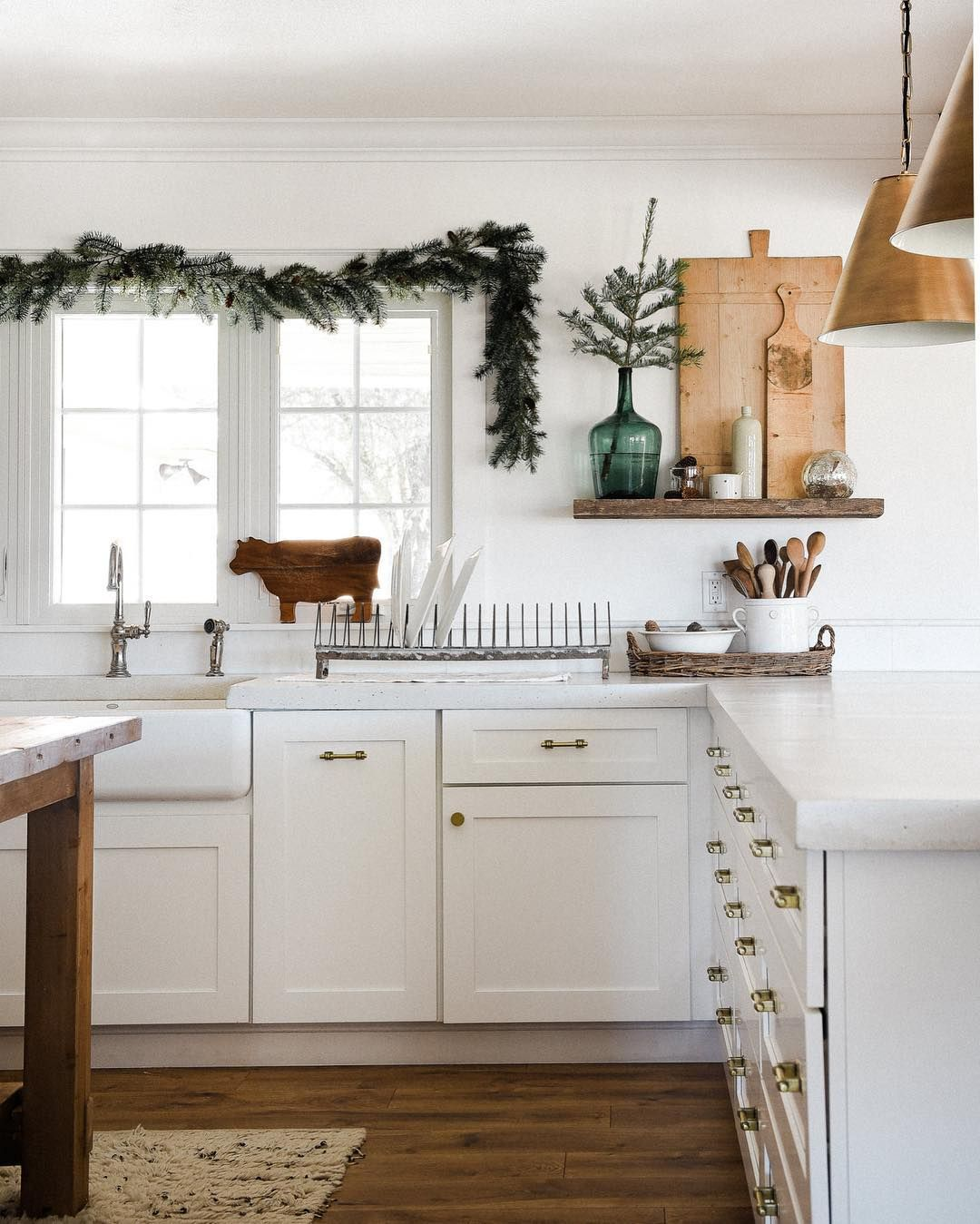 Farmhouse Christmas Kitchen Decor via @boxwoodavenue