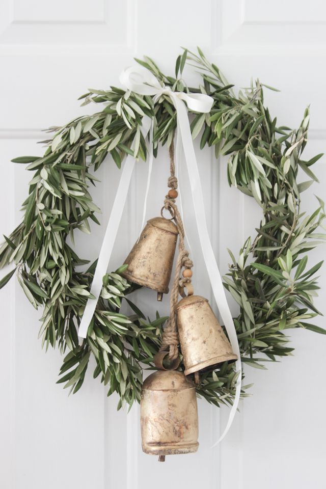 Farmhouse Christmas Wreath via shadesofblueinteriors
