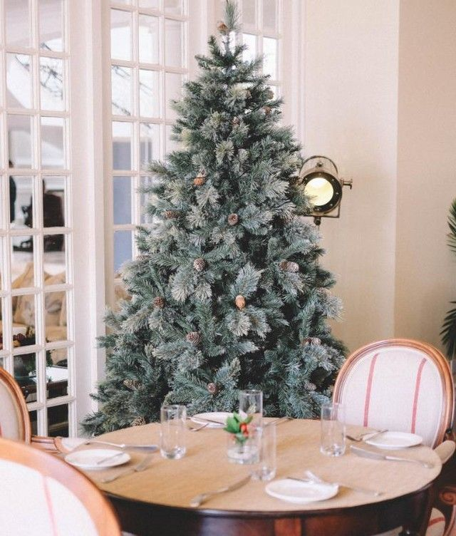 French Country Christmas Dining Room Decor via @juteandivy #FrenchCountry #FrenchChristmas #FrenchCountryDecor