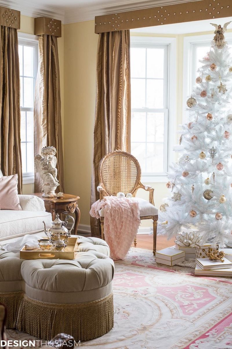 French Country Christmas Living Room via Designthusiasm #FrenchCountry #FrenchChristmas #FrenchCountryDecor