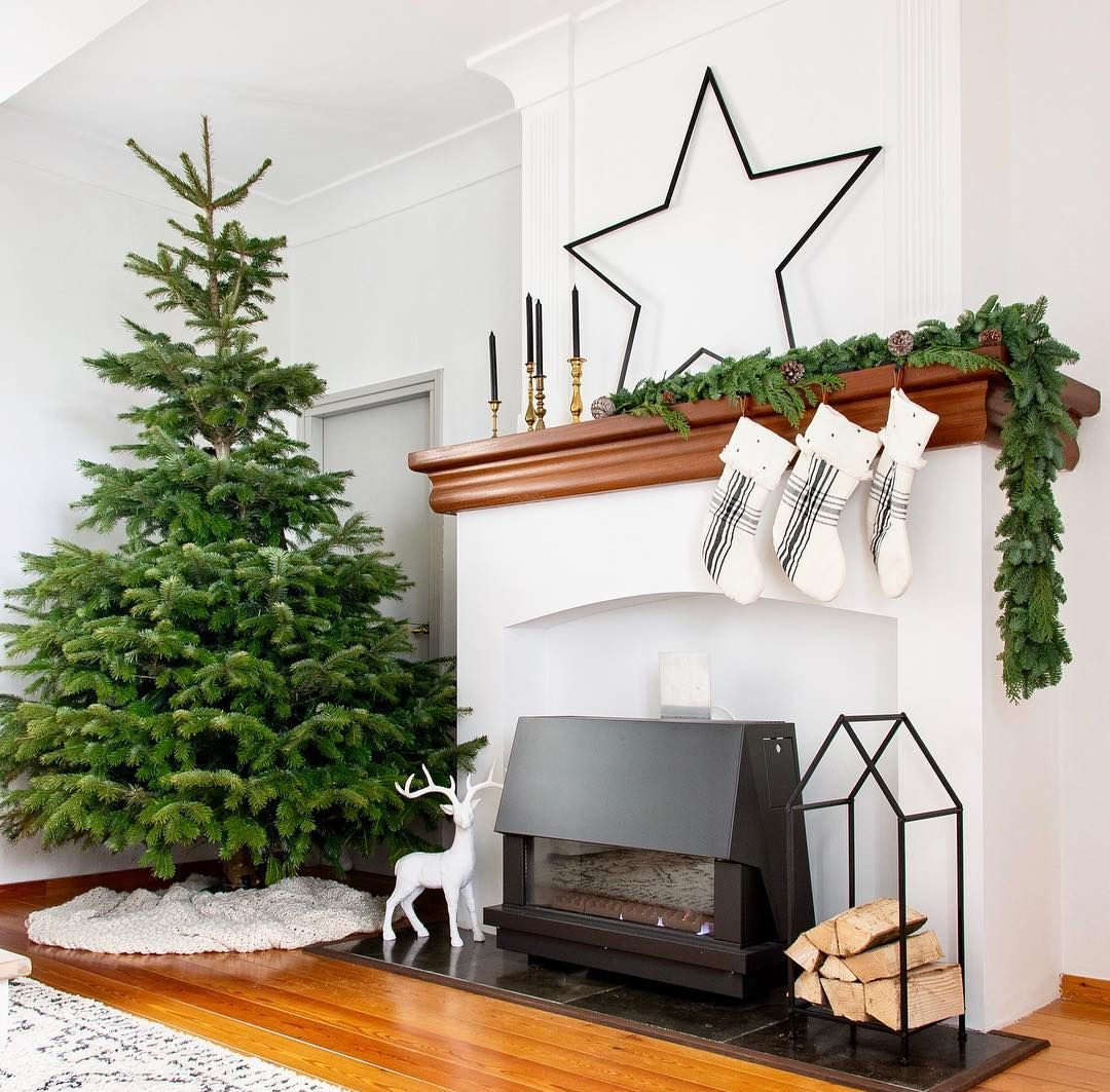 Minimal Farmhouse Christmas Decor via @marycasachic