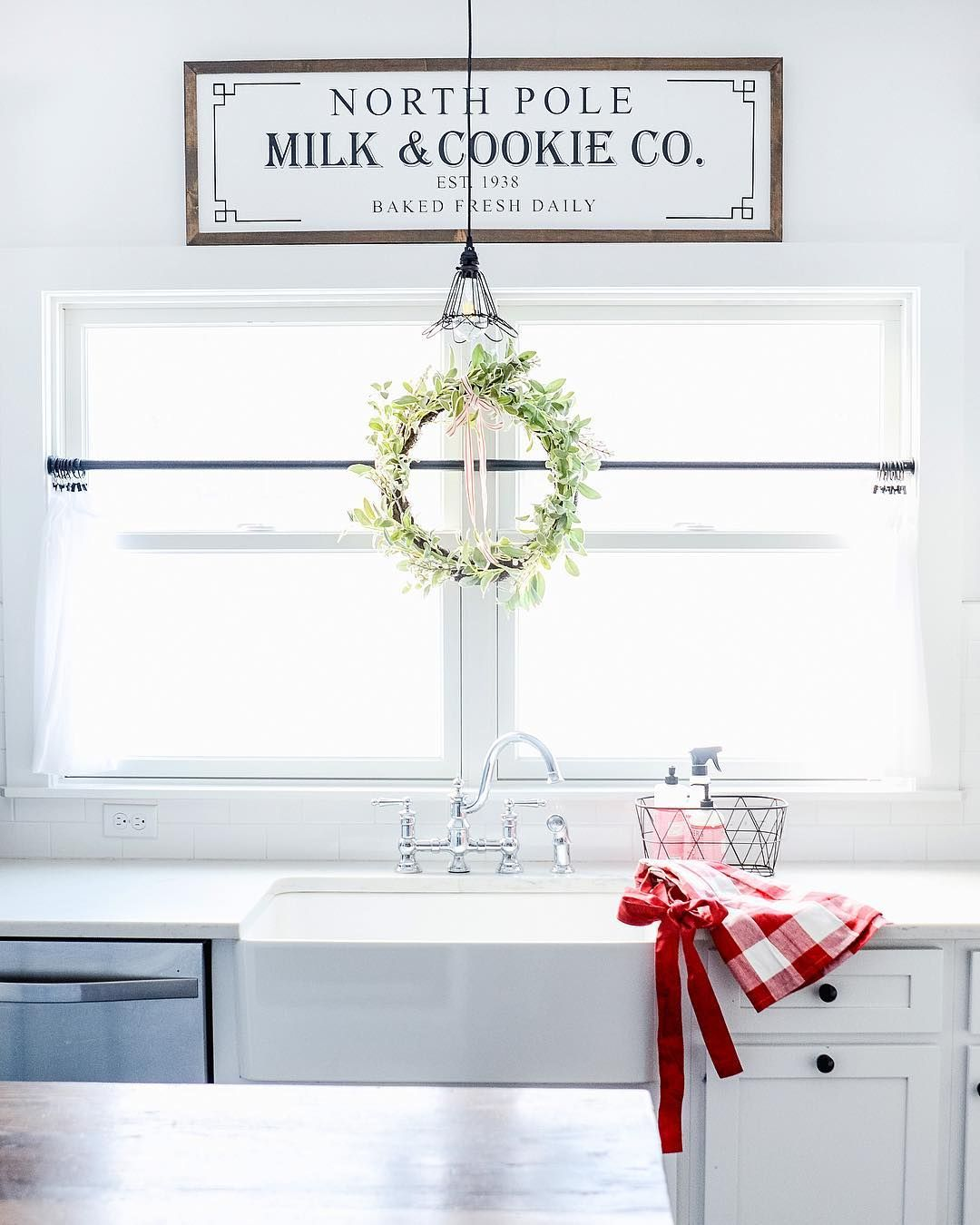 Minimalist Christmas Kitchen Decor via @oldsaltfarm