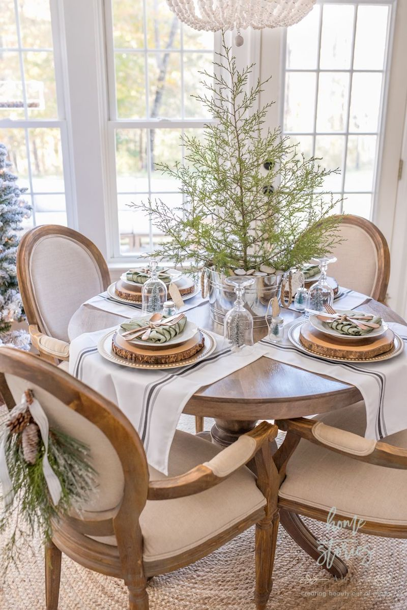 Rustic Christmas Dining Room via Home Stories A to Z #ChristmasDecor #ChristmasDiningRoom
