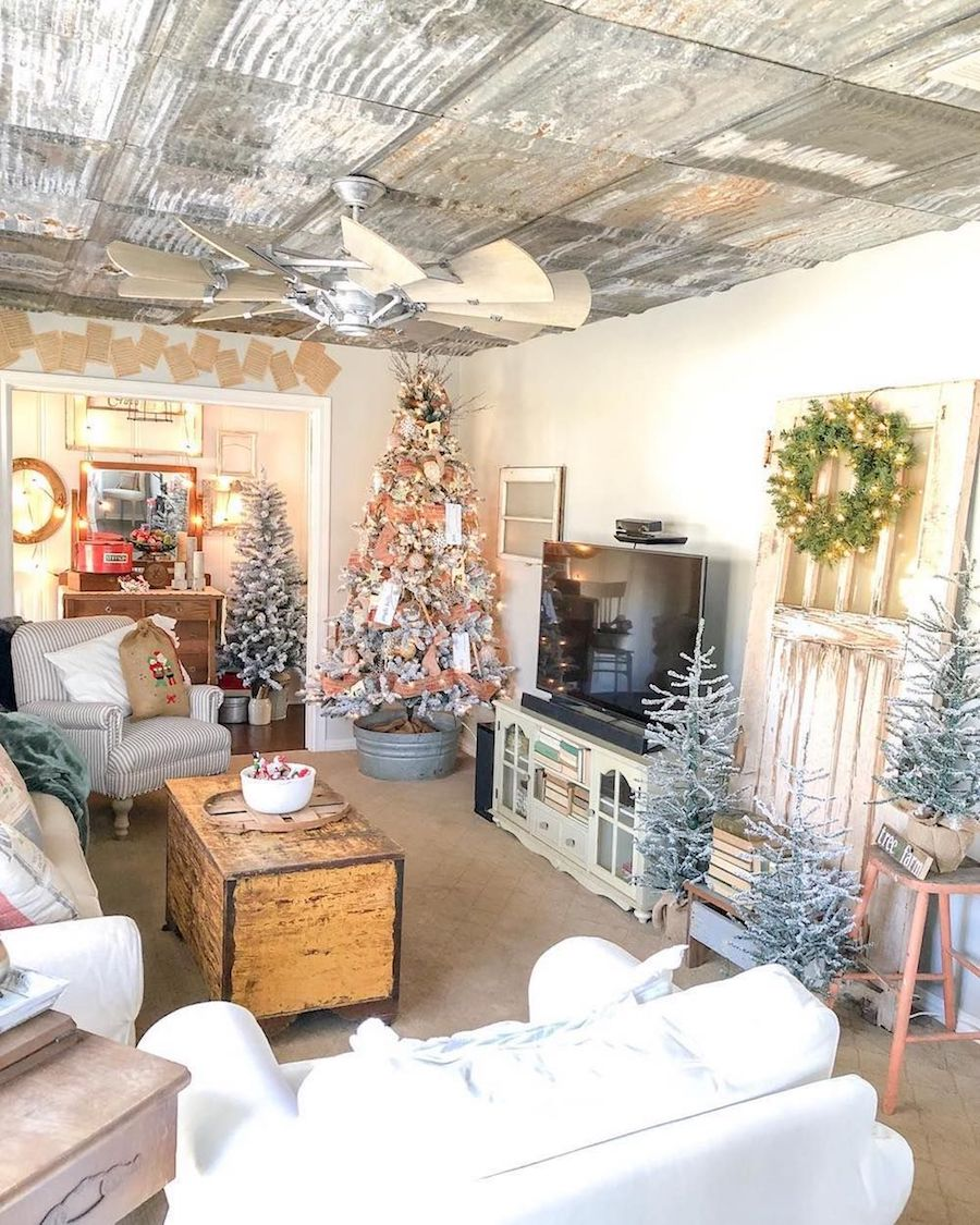 Rustic Christmas Living Room via @homesweet.happyplace