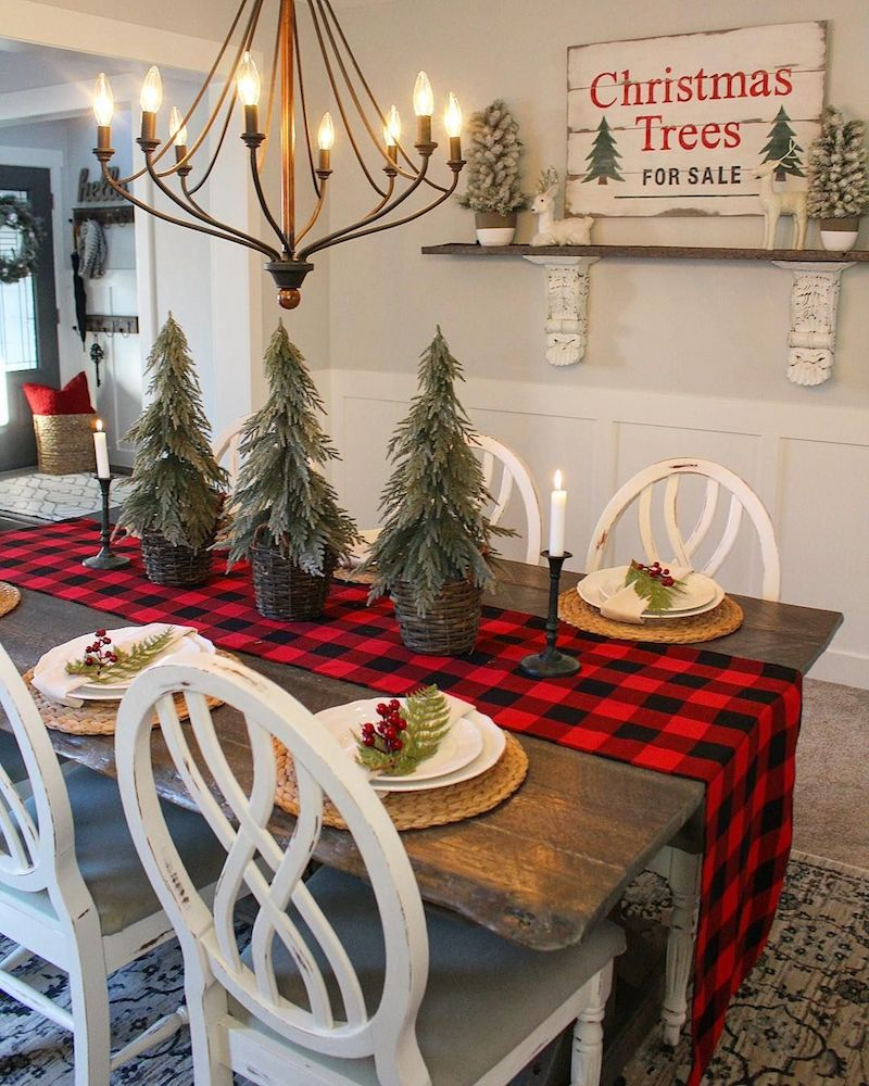 Rustic Farmhouse Christmas Dining Room via @bloomingdiyer