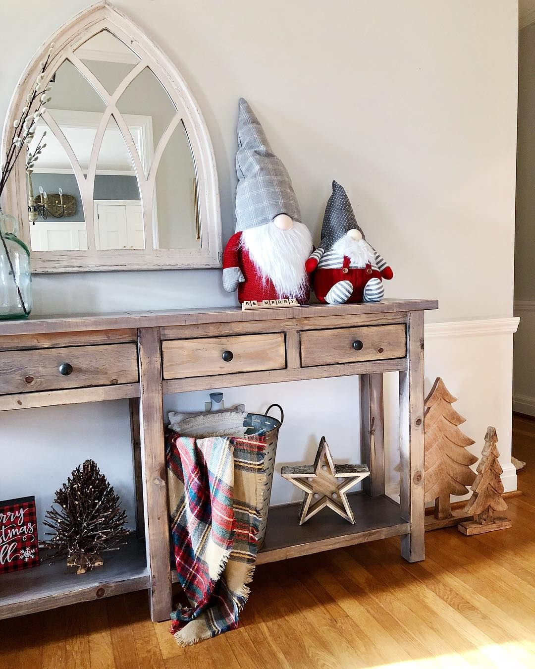 Santa Gnomes at the Entryway via @ahintofmintdesigns #ChristmasDecor #ChristmasHome