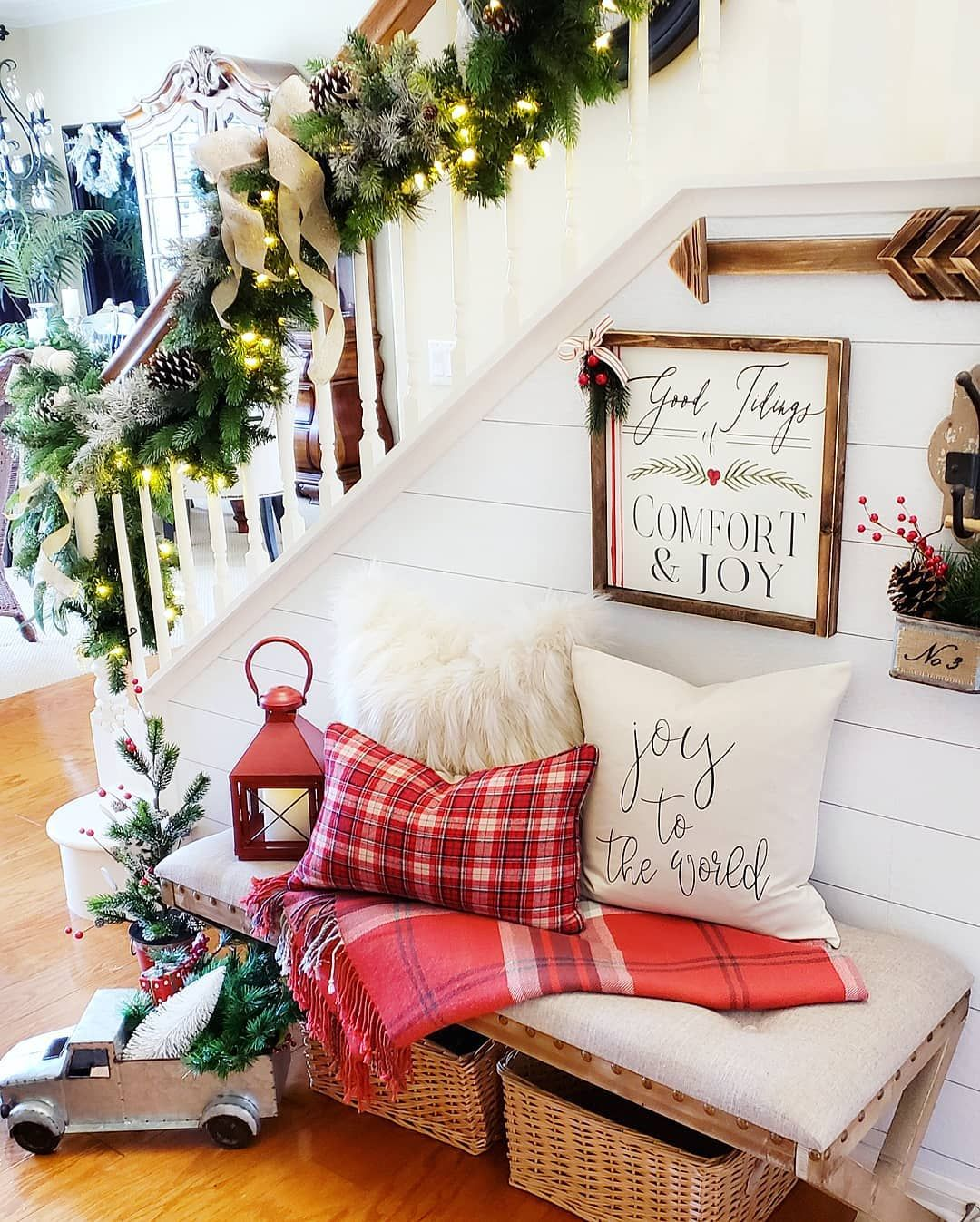 Shiplap Christmas Entryway Decor via @blessed_at_home #ChristmasDecor #ChristmasHome