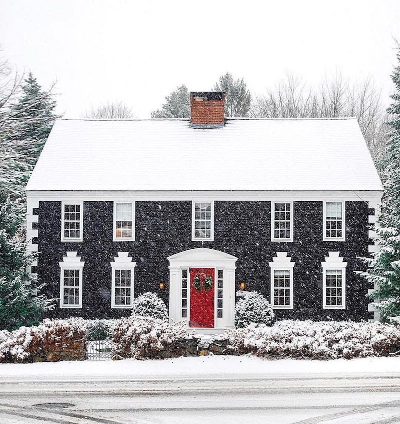 Snowy Christmas House Decor via @kristywicks