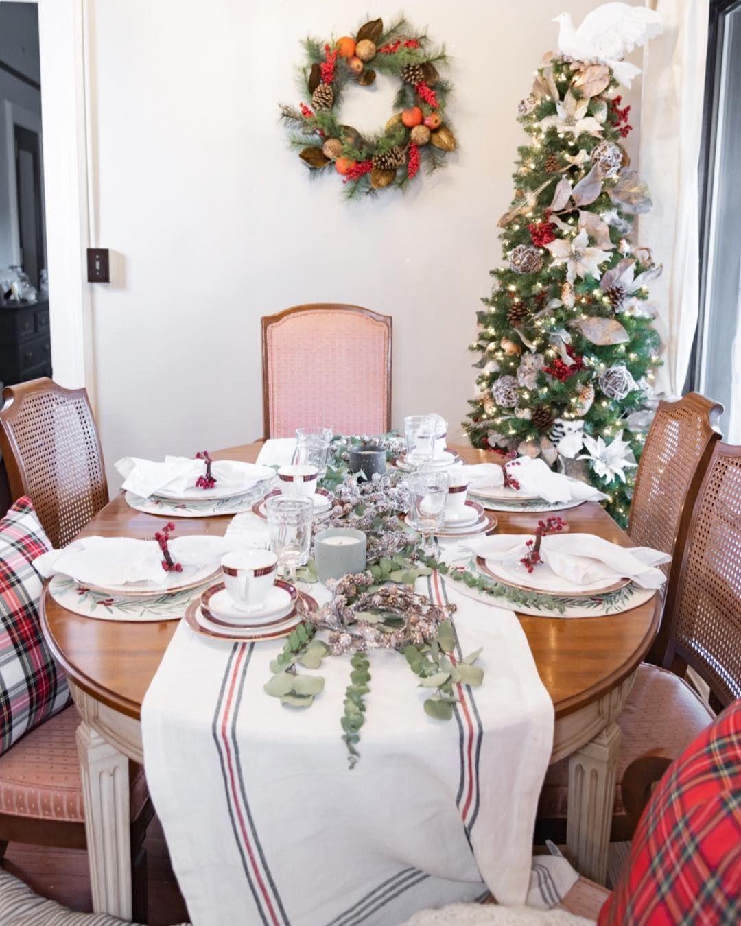 Southern Christmas Tablescape via @darlingdownsouth