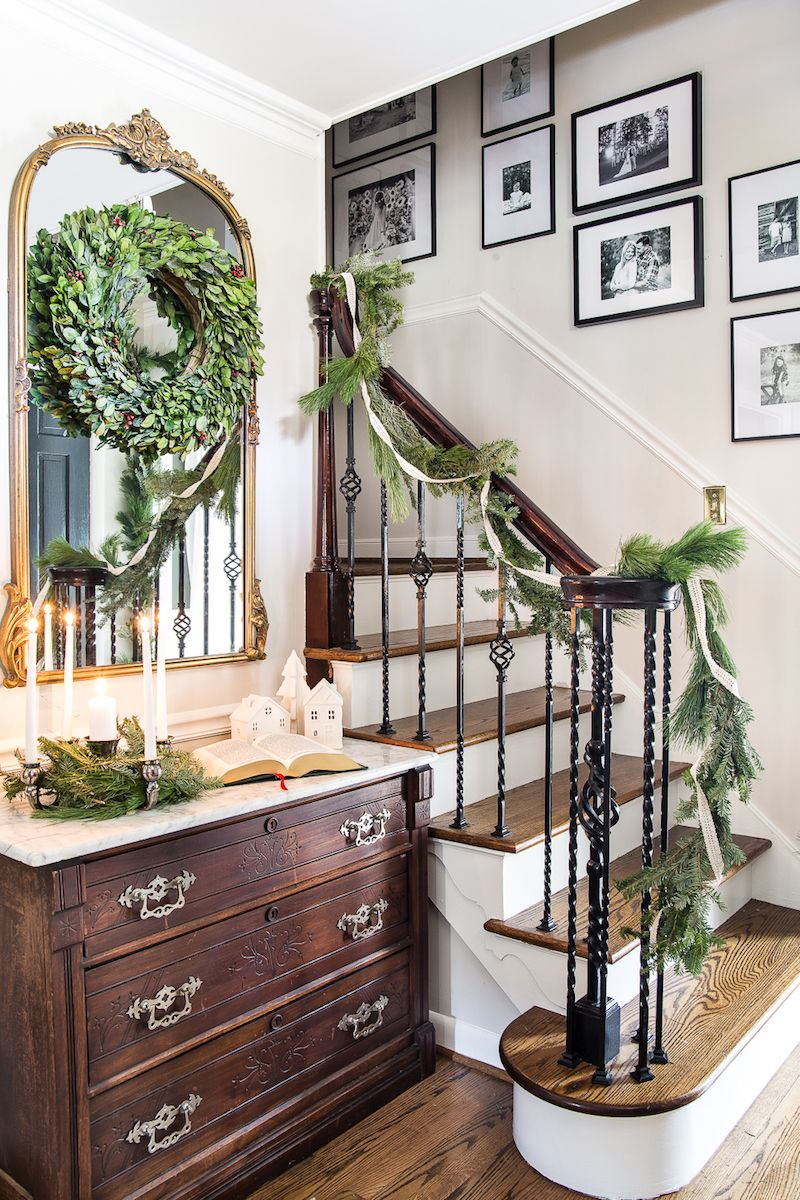 Traditional Christmas Foyer Decor via @blesserhouse #ChristmasDecor #ChristmasHome