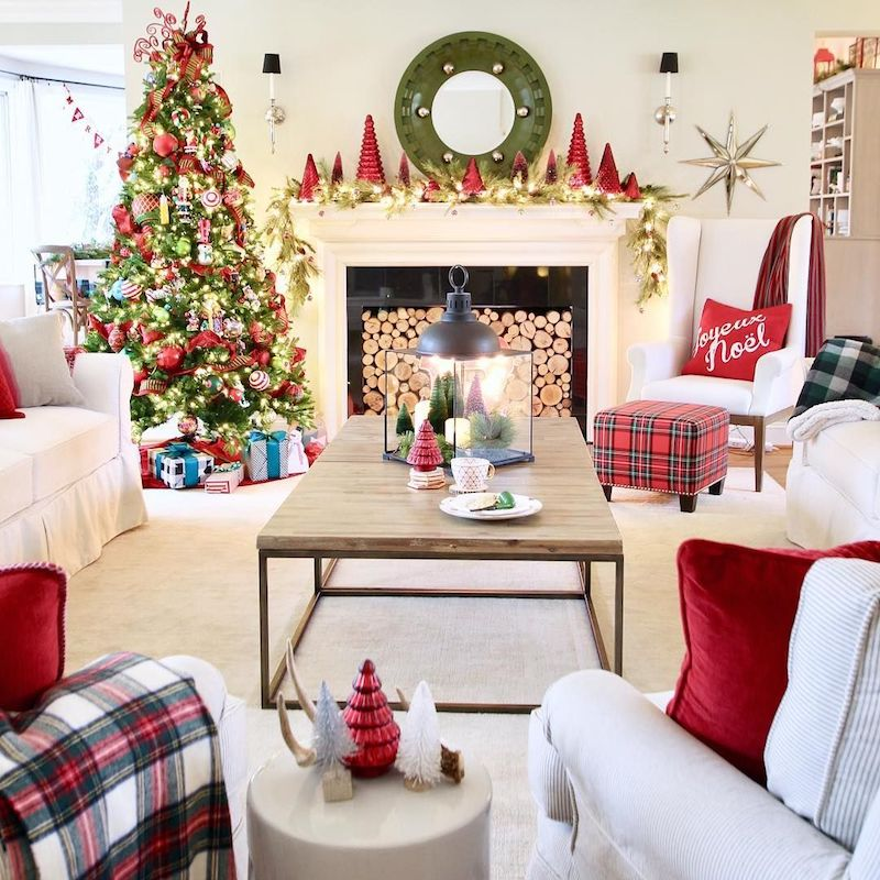 Traditional Christmas Living Room via @memehillstudio