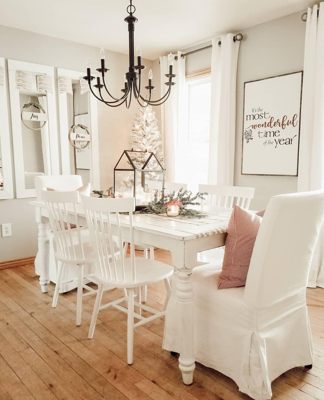 White Christmas Dining Room Decor @farmhouse165 #ChristmasDecor #ChristmasDiningRoom