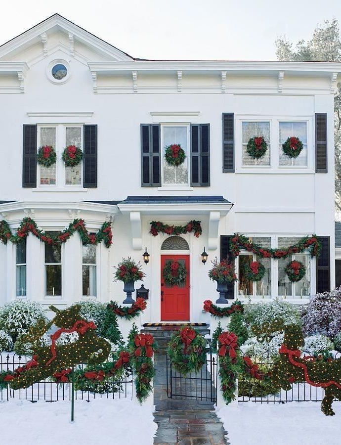 15 Awe-Inspiring Outdoor Christmas House Decorations