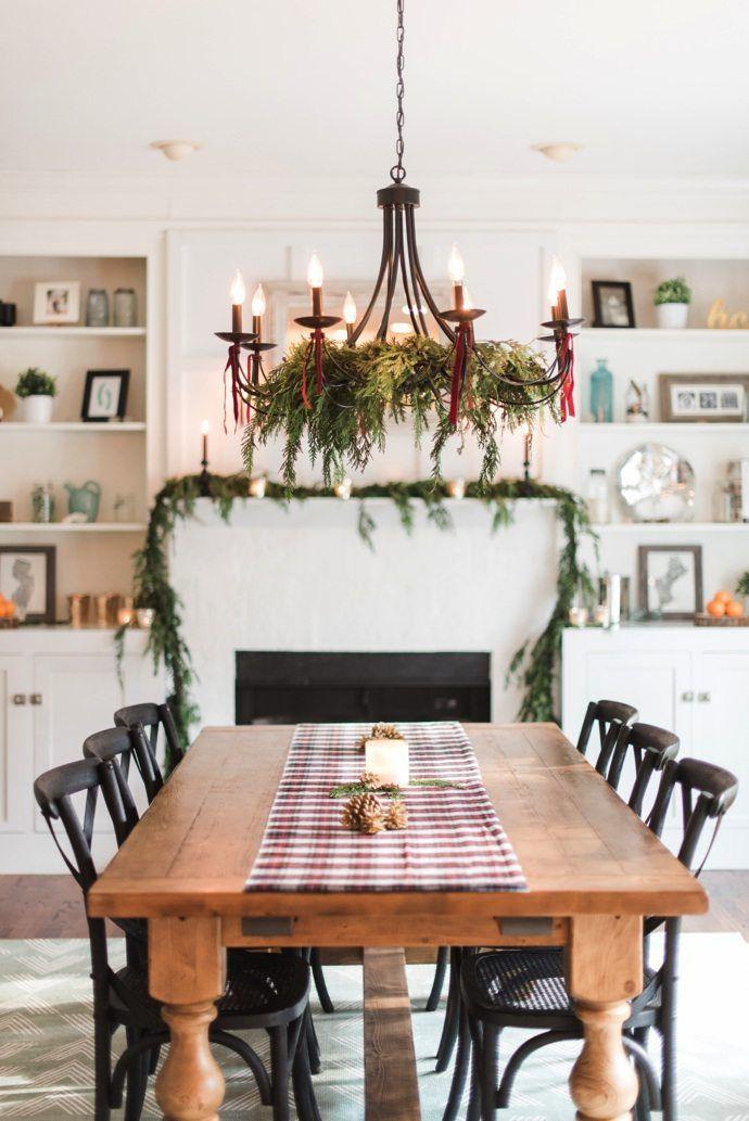 Wood Table Christmas Dining Room via theglitterguide #ChristmasDecor #ChristmasDiningRoom