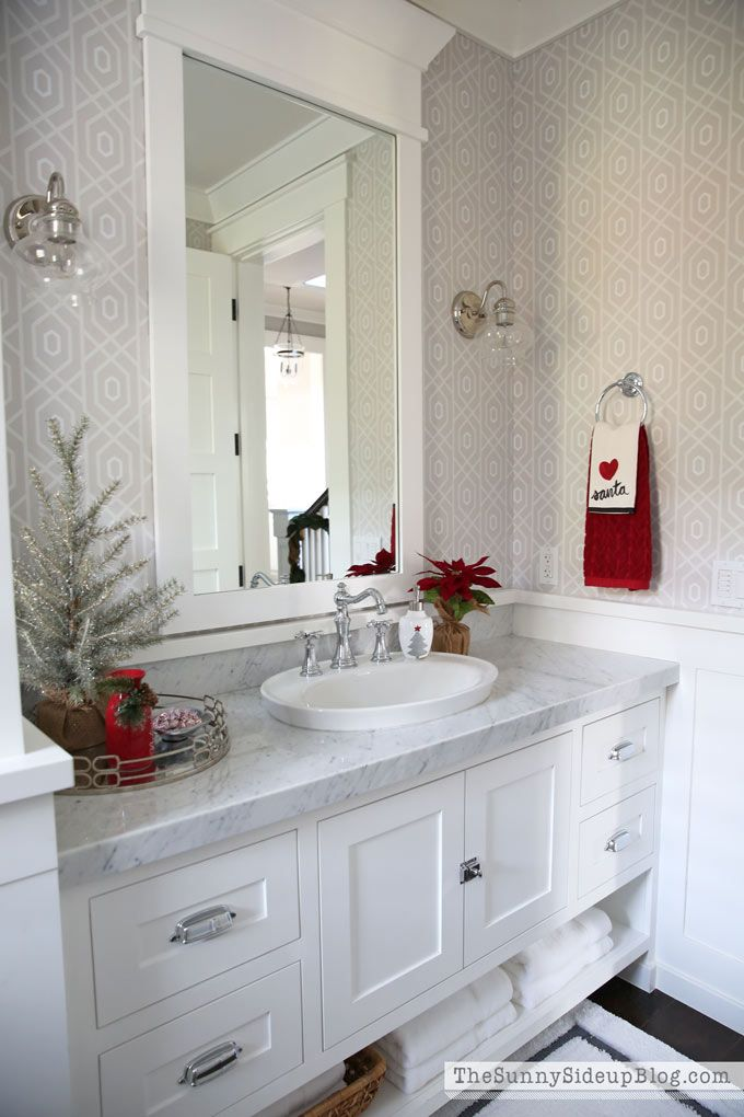 Christmas bathroom decor via thesunnysideupblog #ChristmasDecor #ChristmasBathroom