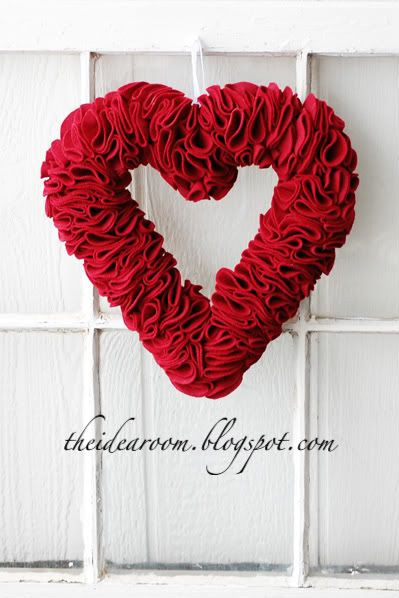 DIY Felt Heart Wreath for Valentine's Day Decor via theidearoom