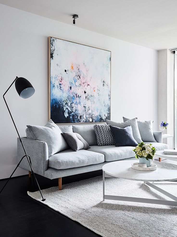 Exceptionnel Light Gray Sofa With Abstract Art And White Marble Coffee Table