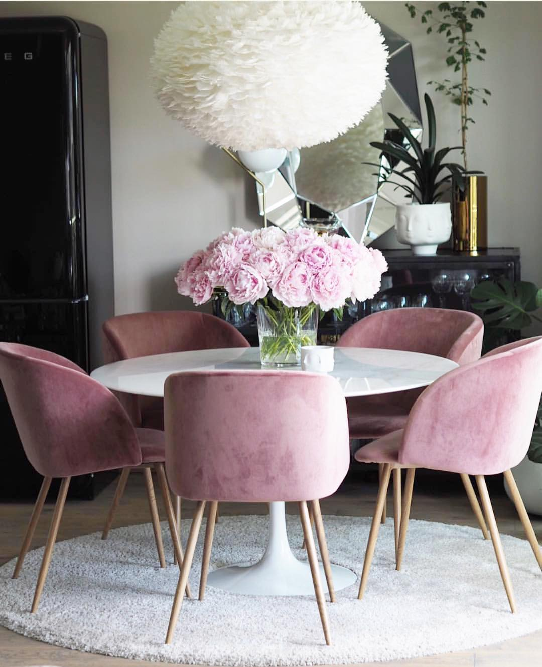 Velvet dining chairs and white tulip table @nyahemmet