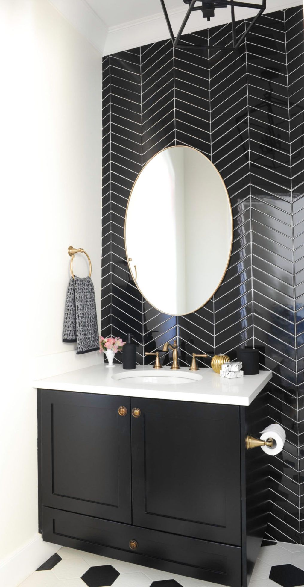 Bathrooms with Black Herringbone Tiles accent wall via mariadecotiis