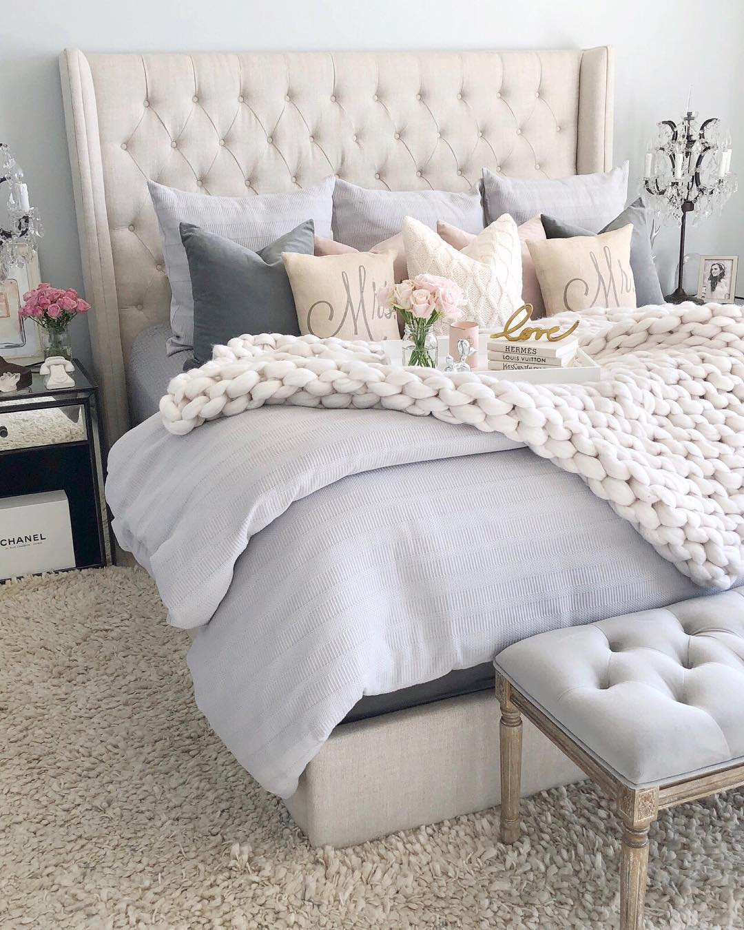 Neutral tufted headboard with lots of pillows via @sbkliving